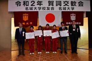 表彰 女子駅伝部・硬式野球部学生と山田会長と小原学長.JPG